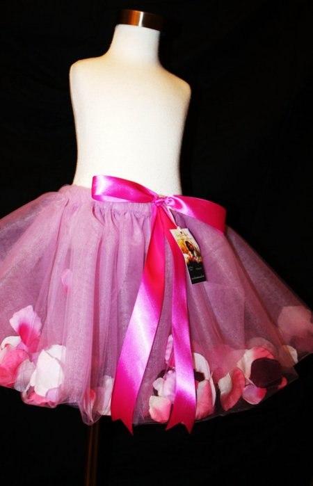 Платье с лепестками на юбке
