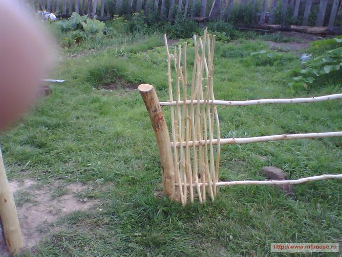 Забор из деревянных прутьев