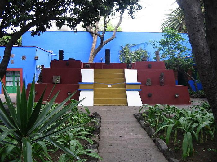 Малая пирамида, построенная внутри двора La Casa Azul (700x525, 145Kb)