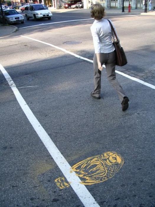 Граффити стрит-арт художника Roadsworth 65 (525x700, 353Kb)