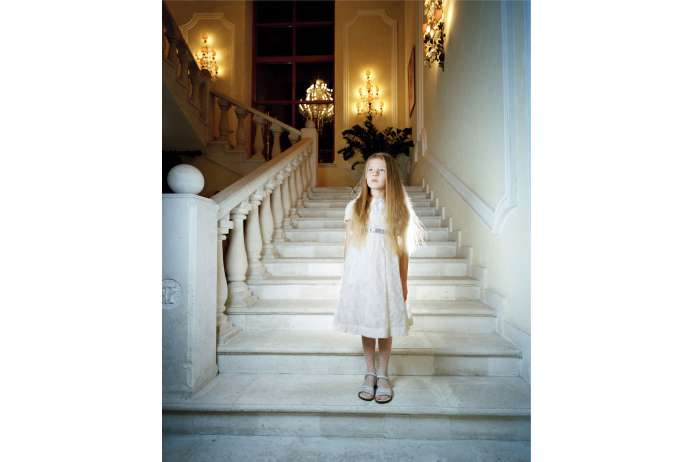 фото девушки спускающаяся по лестнице