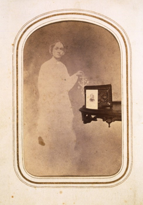 tuesday-johnson-ca. 1865, (Woman's spirit behind table with photograph) (489x700, 77Kb)
