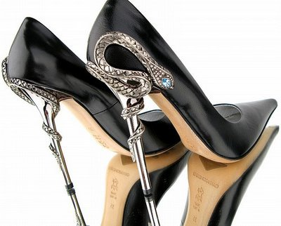 1868538_black_shoes_with_pointed_tip_and_heels_like_snakes (400x322, 30Kb)