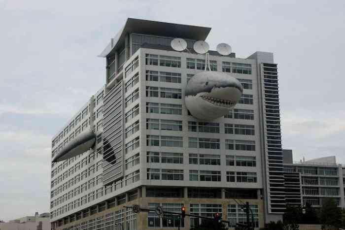 акула на здании канала Discovery (700x467, 26Kb)