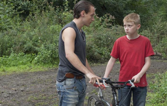 Мальчик с велосипедом (700x444, 166Kb)