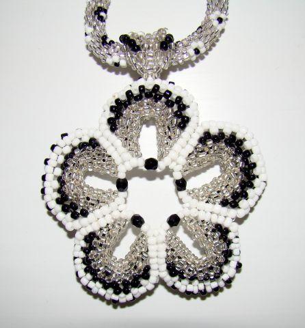 Переходов: 553 Дата.  МК по плетению кулона-цветка из китайского бисера.