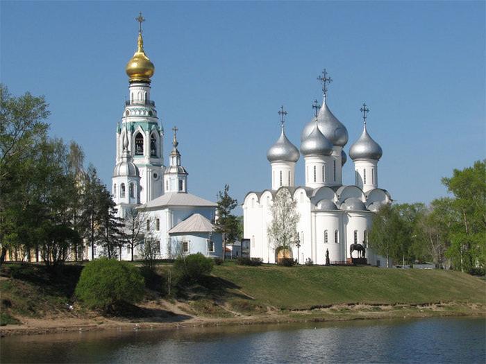 Вид из-за реки Вологды на Архиерейский двор. Слева Александро-Невская церковь и за ней соборная колокольня, справа Софийский собор (700x525, 91Kb)