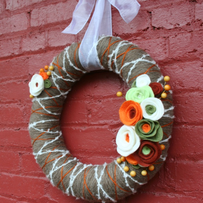 yarn-wreath-felt-flowers (700x700, 143Kb)