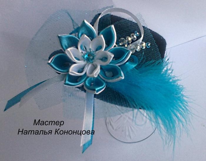 Шляпка с голубым канзашиком (700x550, 277Kb)