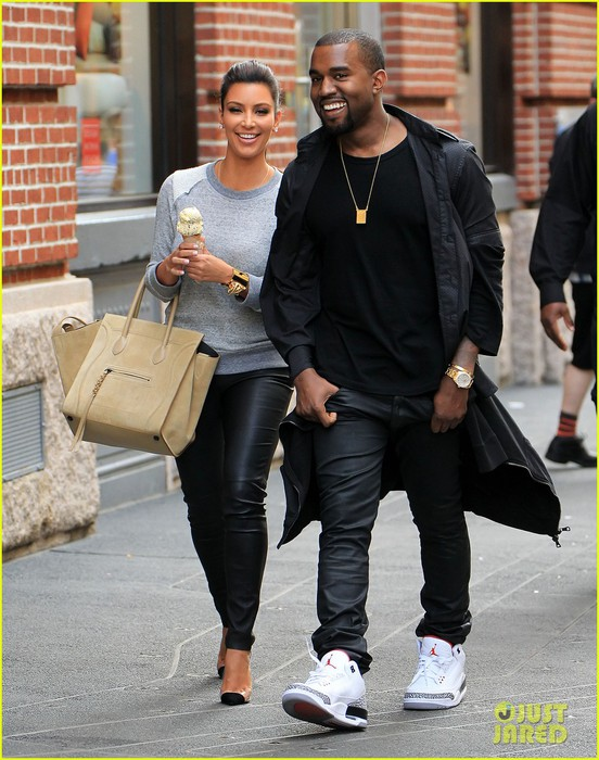 kim-kardashian-kanye-west-romantic-stroll-in-nyc-01 (552x700, 113Kb)