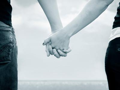 59-esq-holding-hands-0909-lg-39179187 (400x300, 39Kb)