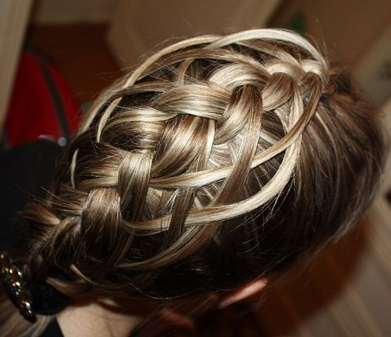 услуги парикмахерской плетение косичек.