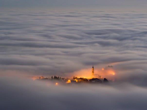 Плато Асьяго, Италия. Небольшой город, стоящий на холме, окутан туманом (604x453, 19Kb)