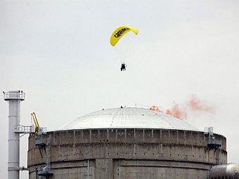АЭС Франции - эколог на параплане (340x255, 15Kb)