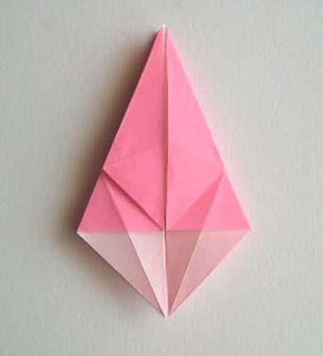 Предлагаю вам посмотреть несколько идей с использованием модуля цветка лилии, выполненной в технике оригами.