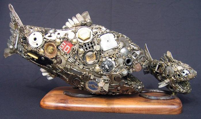 Красивые скульптуры из мусора 14 (700x414, 77Kb)