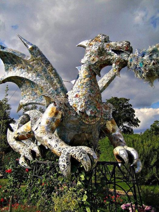 Красивые скульптуры из мусора 28 (524x700, 485Kb)