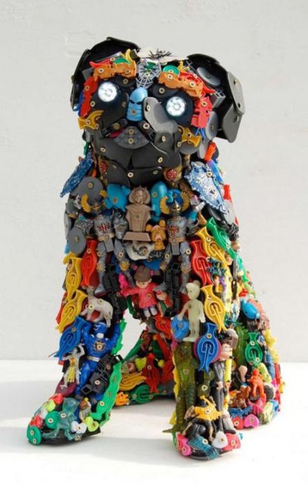 Красивые скульптуры из мусора 33 (445x700, 298Kb)