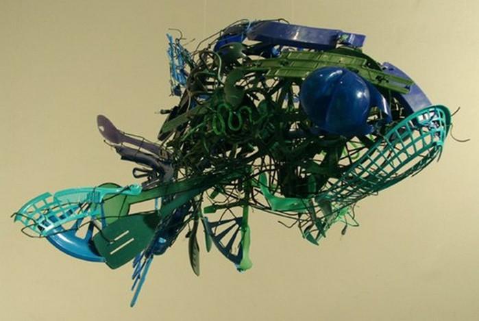 Красивые скульптуры из мусора 47 (700x469, 69Kb)