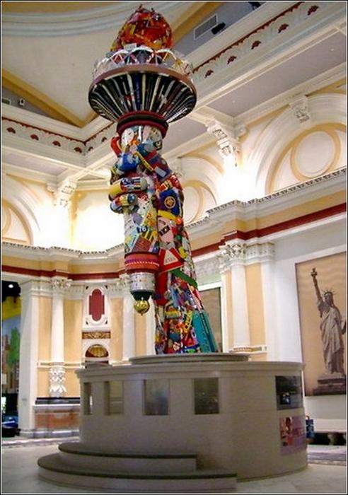Красивые скульптуры из мусора 78 (492x700, 375Kb)