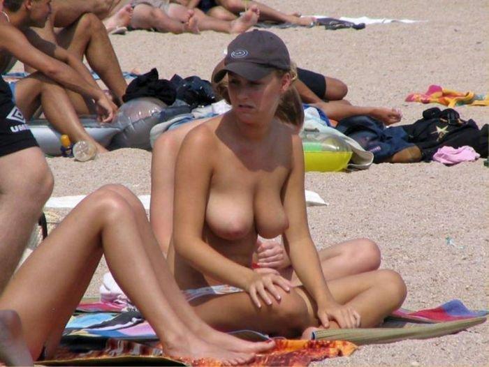devushki_na_pljazhe_toples_48_foto_15 (700x526, 68Kb)