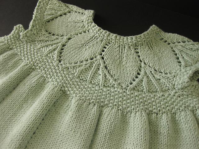 Вязание кокетки листьями