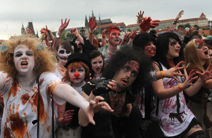 Zombies_in_Prague_Pixanews.com-11-680x443 (680x443, 86Kb)