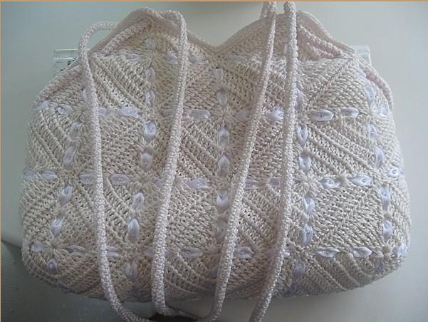 Красиво связанная сумочка из мотивов крючком,украшенная тесьмой/4683827_20120430_192448 (601x452, 98Kb)