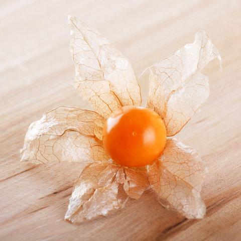Оранжевая ягода на торте