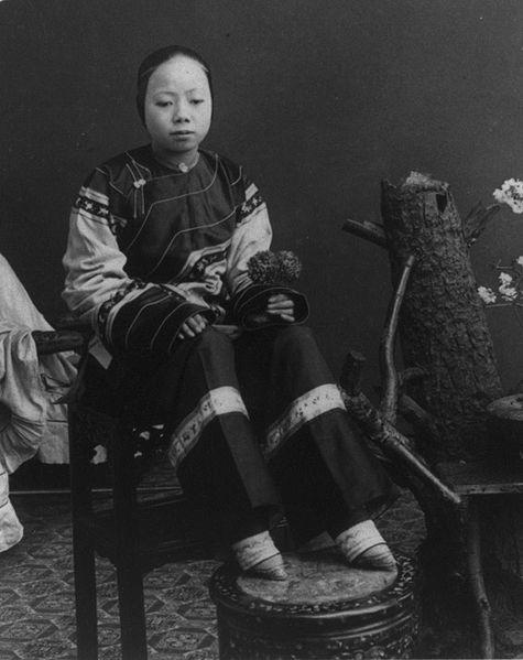 475px-Woman_with_bound_feet, _1900 (475x599, 39 KB)