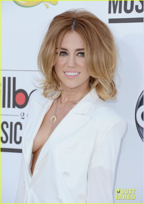 miley-cyrus-billboard-awards-2012-05 (493x700, 56Kb)