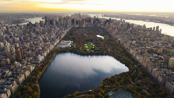 Central Park - сердце Нью-Йорка. Длина парка — 4 километра, ширина — 800 метров, общая площадь — 3,4 км² (что почти вдвое больше площади Монако). (700x393, 77Kb)
