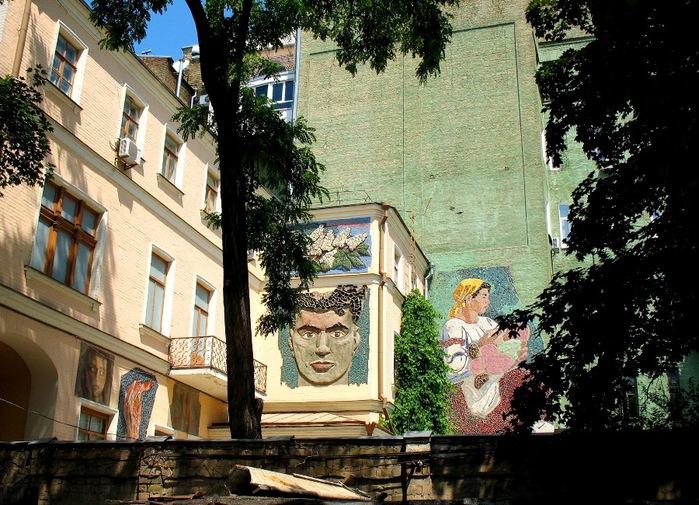 1 Внутренний дворик Музея западного и восточного искусства им. Богдана и Варвары Ханенко (700x505, 173Kb)
