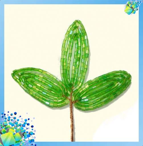 Далее начинаем плести листочек из бисера для нашего кустика клубники.  Будем делать наш листик из трех частей.