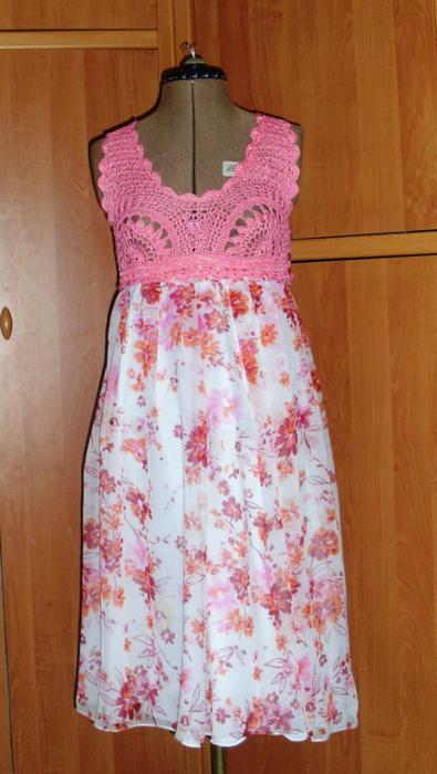 Шифоновое платье с вязаной крючком кокеткой