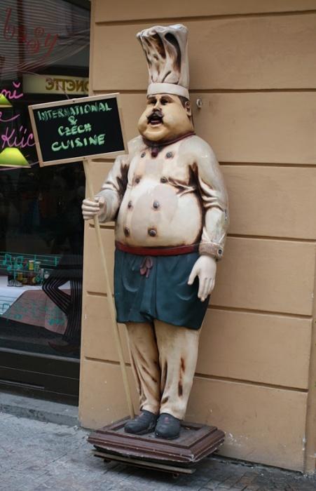 """Чешская  """"статуя  """" рекламного характера."""