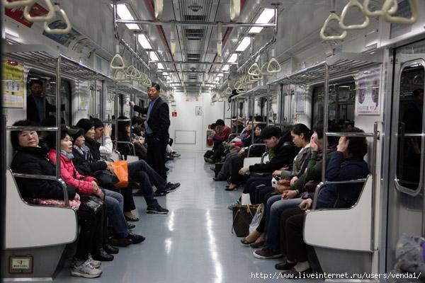 Над дверьми - схема линии метро с указанием пересадок и достопримечательностей, которые можно увидеть на той или иной...