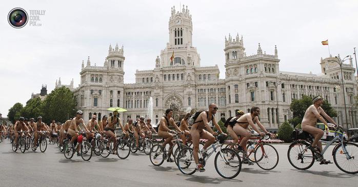 голые велосипедисты фото нудистов (700x366, 114Kb)
