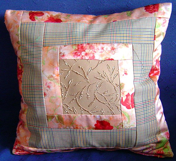 Варианты сшивания лоскутков - самые разные.  Теперь - вторая серия: подушки с использование аппликации из ткани штор.