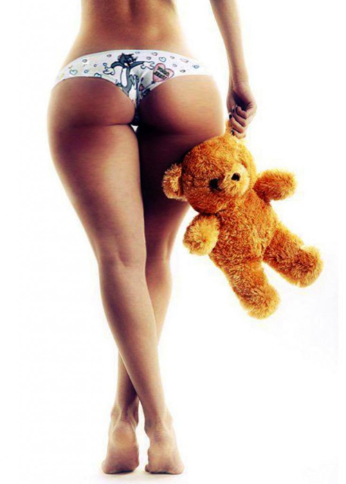 Девушка голой попой садится на мягкую игрушку на стуле125