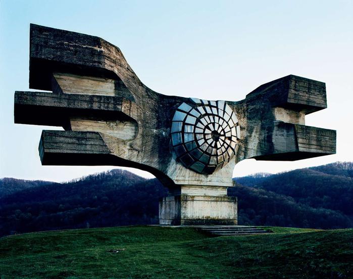 необычные памятники фото (700x552, 278Kb)