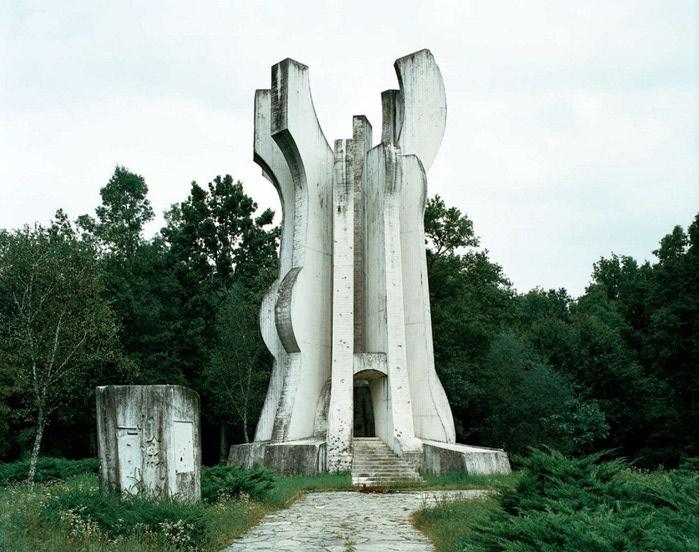 необычные памятники фото 6 (700x552, 110Kb)