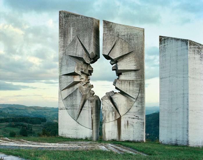 необычные памятники фото 8 (700x552, 111Kb)