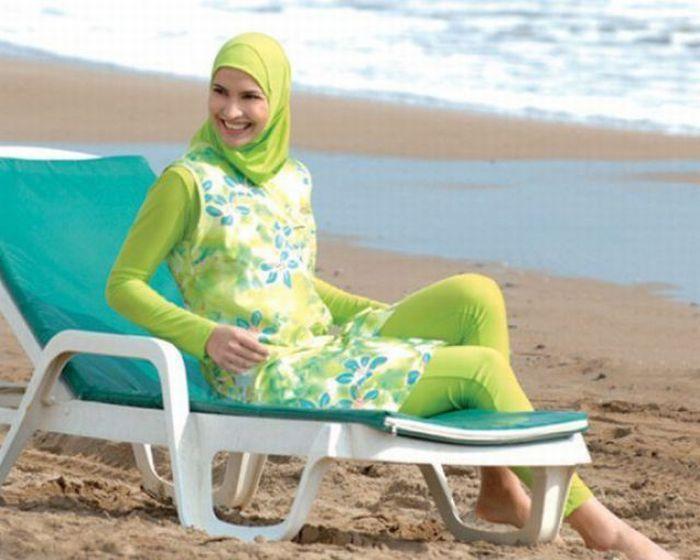 мусульмане на пляже (700x560, 52Kb)