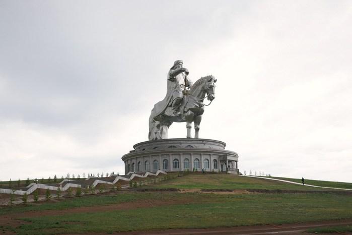 Статуя Чингисхана3 (700x466, 43Kb)