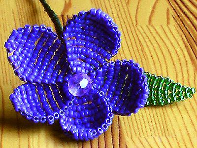 Посмотрите какие классные украшения можно сплести из бисера по схемам.  Здесь и цветы, которые могут быть кулонами...