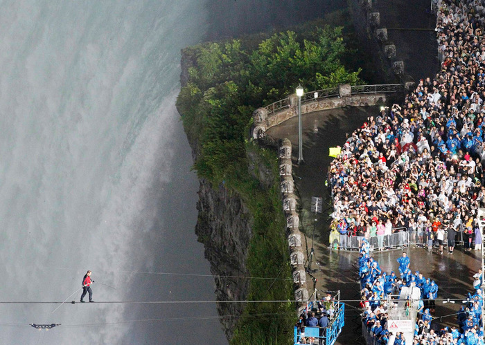 Ник Валенда над ниагарским водопадом фото 5 (700x499, 187Kb)