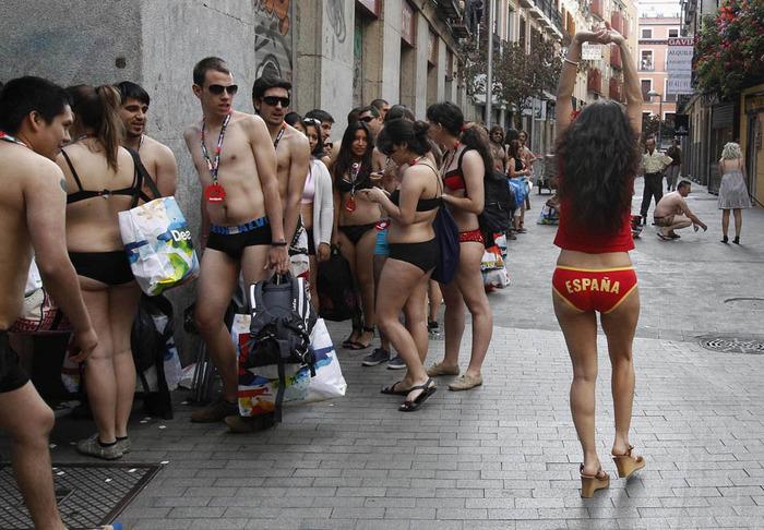 Необычная акция в Мадриде- голышом за покупками. Фоторепортажи за день, 24