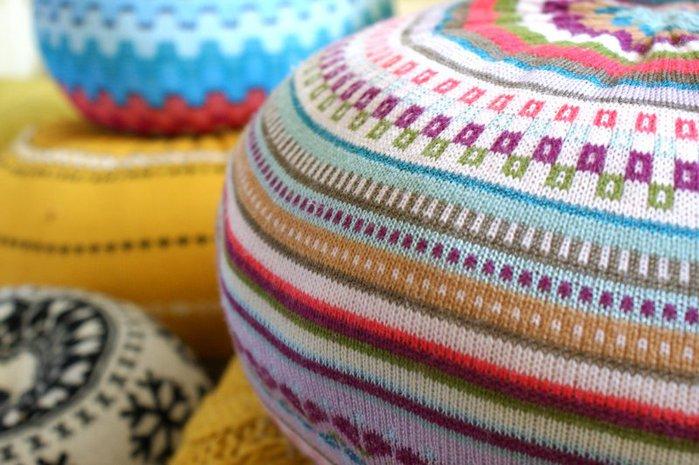 Трикотажные пуфы из свитера (700x465, 80Kb)