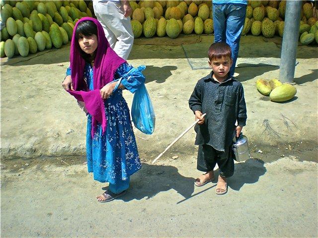 дети на рынке (640x480, 91Kb)